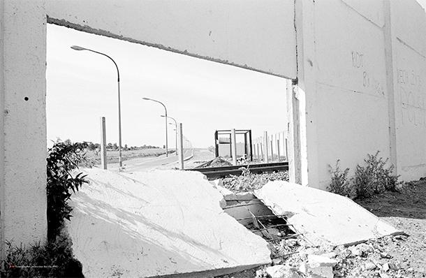 Todesstreifen im Norden Berlins, 1990 (Philipp von Recklinghausen / bobsairport, © Gestalten 2014)