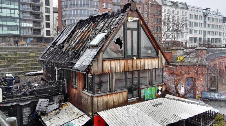 Links die Terrasse, auf welcher das Feuer seinen Anfang nahm