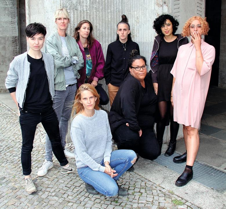 Mint-Crew aus Berlin: Ena Lind, Zoe Rasch, La Fraicheur, Lauren Flax, Dasco, Soumaya Phéline (stehend v.l.n.r) Denise Swan, Lady Blacktronica (sitzend v.l.n.r.) Foto: Joie Iacono